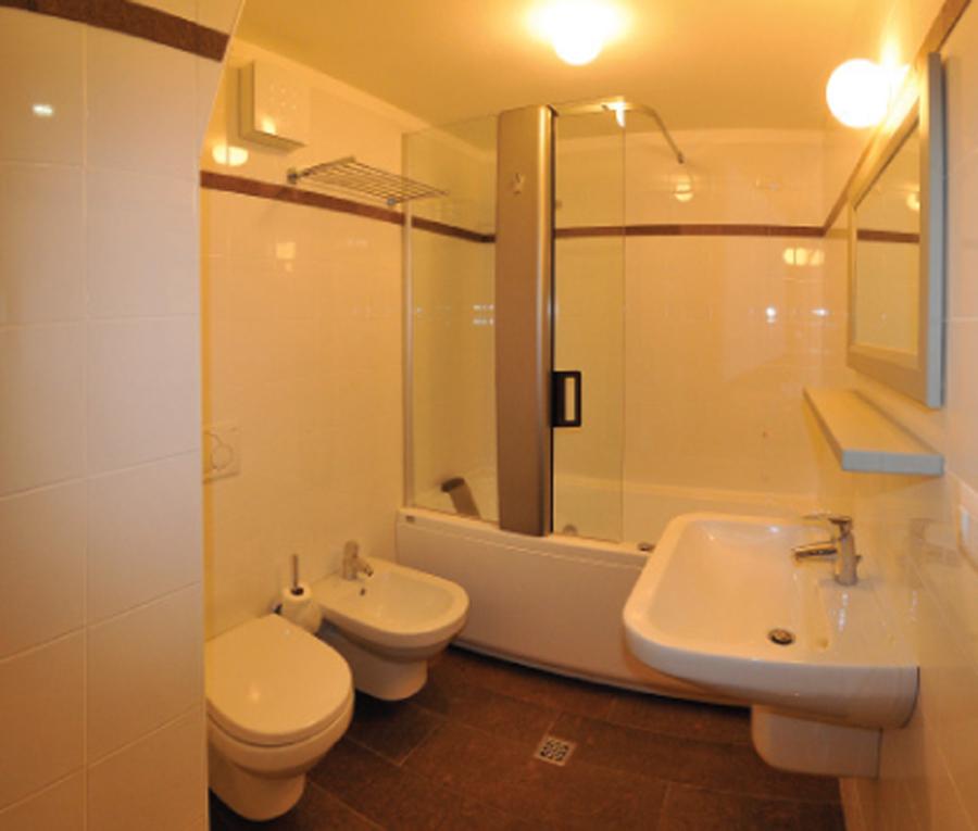 Vasca da bagno sotto finestra [tibonia.net]